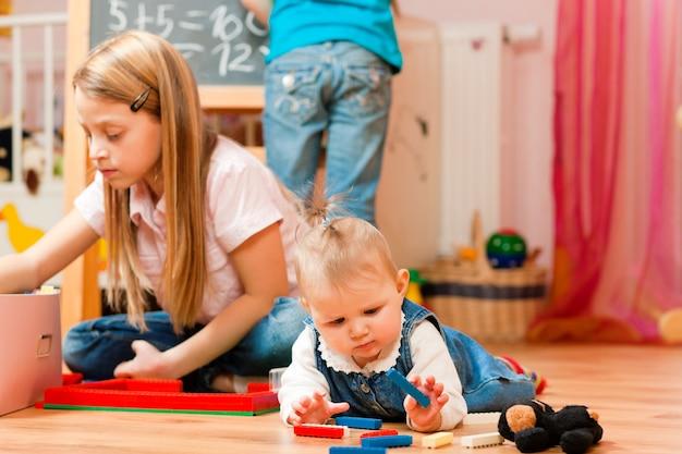 Enfants jouant à la maison