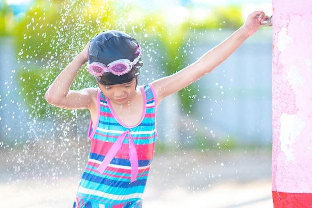Enfants jouant et prenant un bain après avoir nagé dans la piscine