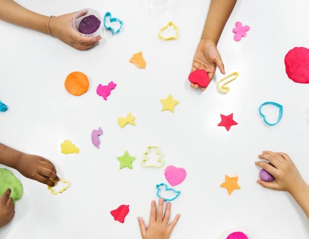 Enfants jouant avec des symboles