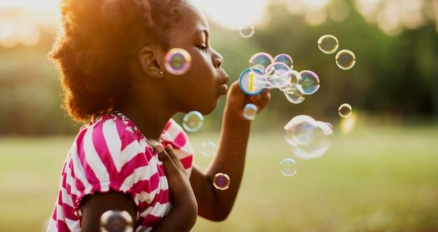 Enfants joue des bulles dans un parc