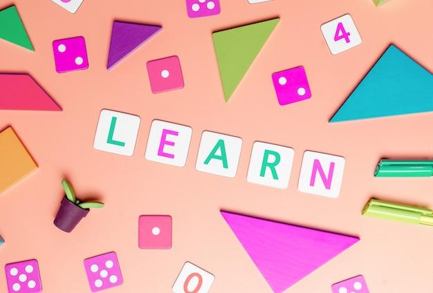 Les enfants jouent et apprennent le concept avec jouets vue de dessus plat lat sur rose