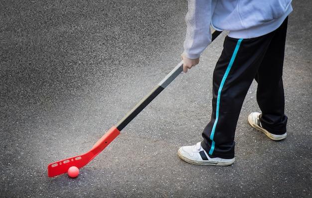 Les enfants jouent au hockey dans la rue