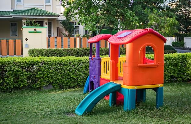 Les enfants jouent au sol