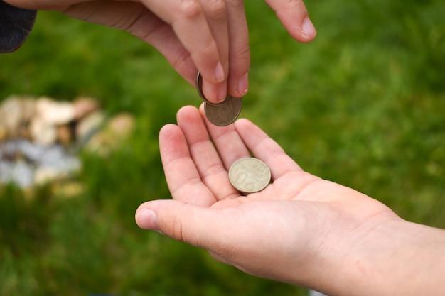 Les enfants jouent dans le magasin, le marché des jouets pour enfants. enseigner aux enfants la littératie financière