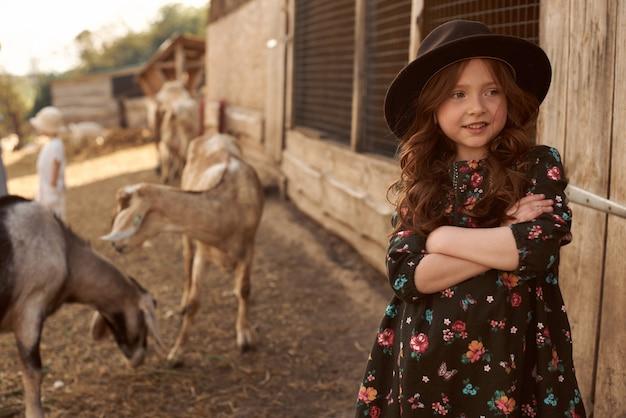 Les enfants jouent avec un golden retriever à la ferme