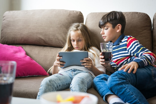 Les enfants jouent joyeusement à des jeux vidéo.