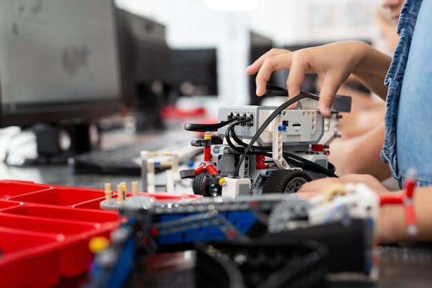 Les enfants jouent avec un robot dans un cours de robotique