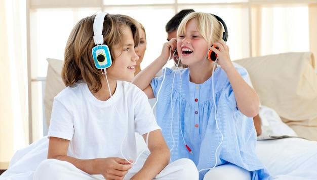 Des enfants joyeux s'amusant et écoutant de la musique