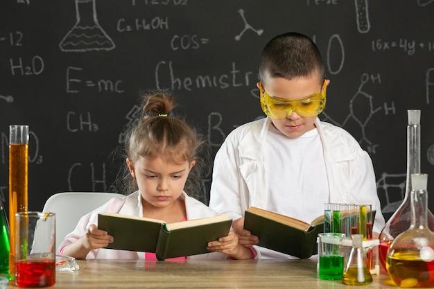 Enfants en laboratoire faisant des expériences