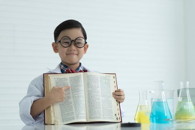 Les enfants lisent des livres d'école