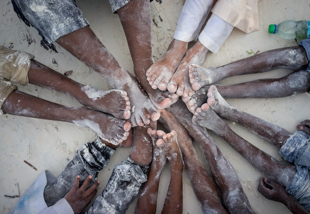 Enfants mains et pieds ensemble en cercle