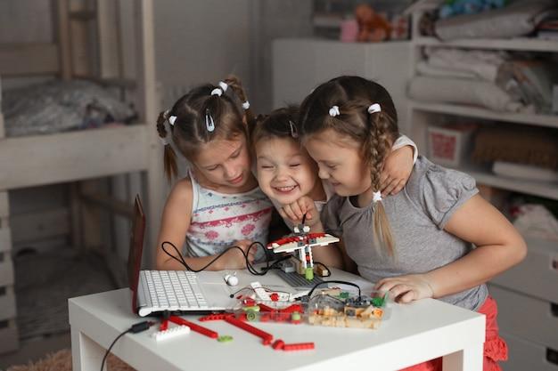 Les enfants à la maison rassemblent des robots, de la robotique