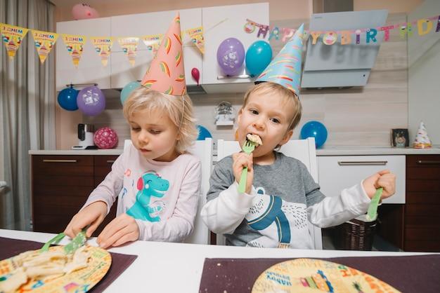 Enfants mangeant un gâteau d'anniversaire