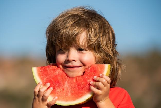 Enfants mangeant de la pastèque. concept d'agriculture et de cultures d'automne.