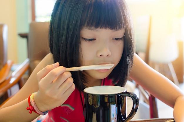 Les enfants mangent du lait en jouant au téléphone