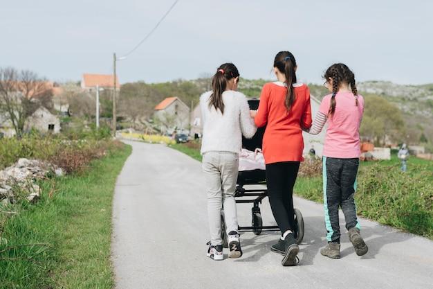Enfants marchant bébé dans le village