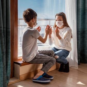 Enfants avec masque jouant
