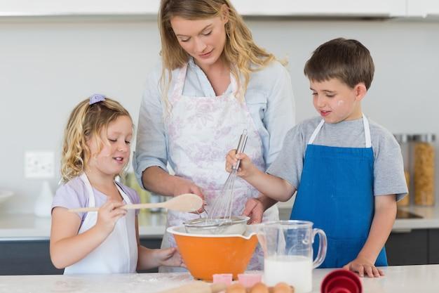 Enfants et mère préparant des biscuits