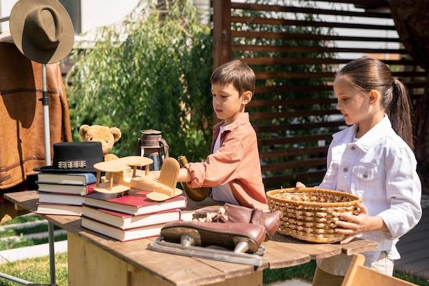 Enfants mettant en vente de vieux jouets