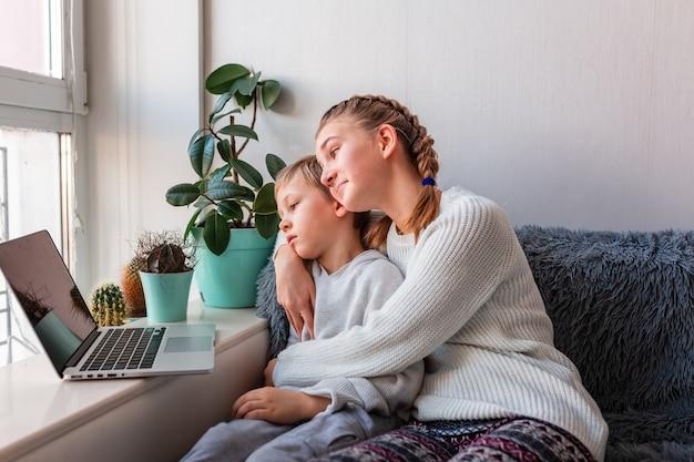 Enfants mignons ayant un appel vidéo avec les grands-parents sur ordinateur portable restez à la maison, concept de communication à distance