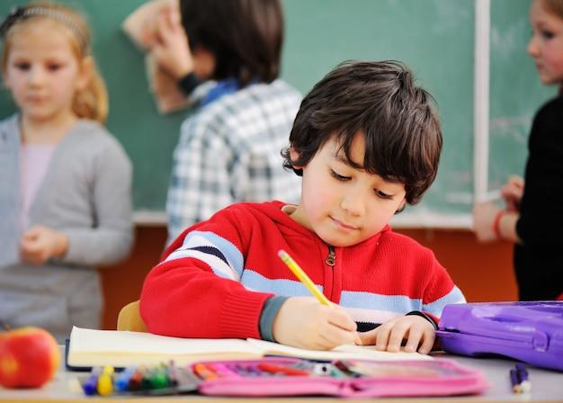 Des enfants mignons à l'école