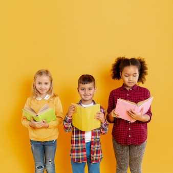 Enfants mignons à l'événement de la journée du livre