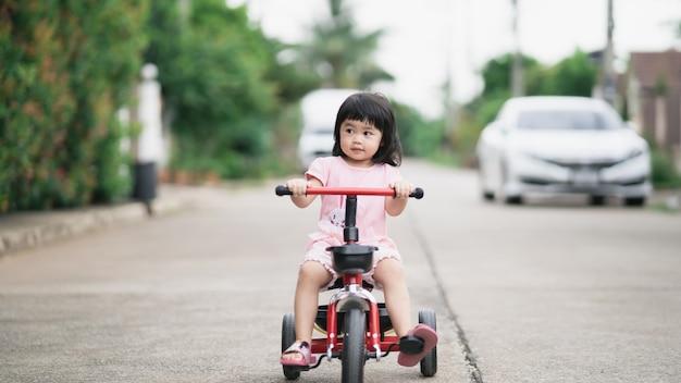 Enfants mignons faisant du vélo. enfants profitant d'une balade à vélo.