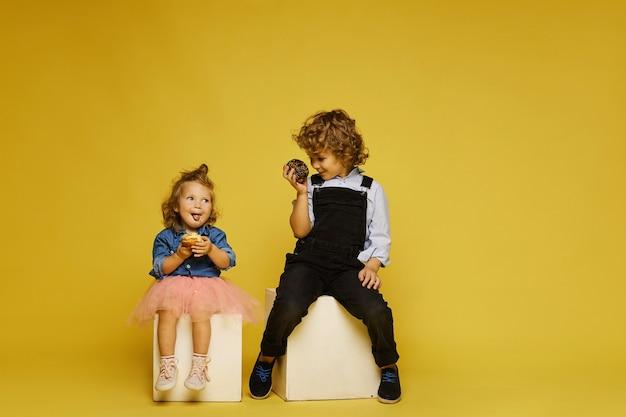 Enfants mignons mangeant un délicieux dessert