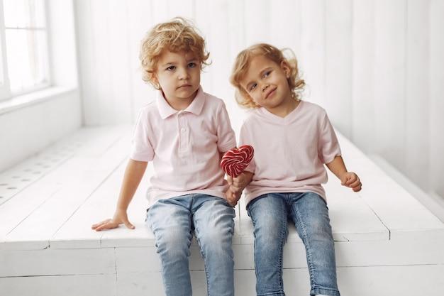 Enfants mignons s'amuser avec des bonbons