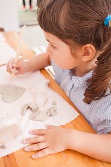 Des enfants mignons sculptent avec de l'argile naturelle. leçon naturelle tactile et ludique