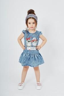 Les enfants de la mode posent pour les vêtements en jean de printemps. joie et plaisir. jeans