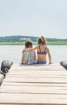 Enfants nageant dans le lac.