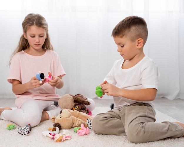 Enfants non binaires jouant ensemble à l'intérieur