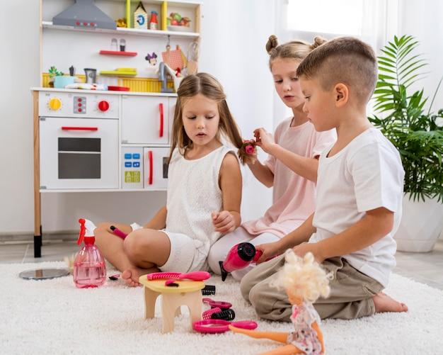 Enfants non binaires jouant ensemble à un jeu de salon de beauté