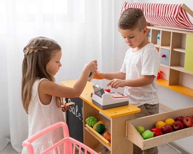 Enfants non binaires jouant à l'intérieur