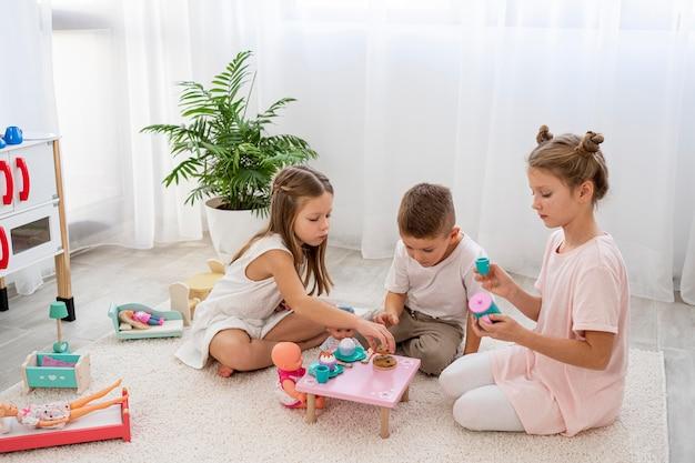 Enfants non binaires jouant à un jeu d'anniversaire