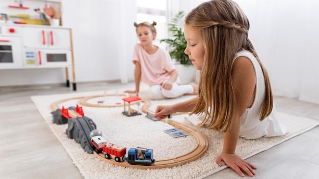 Enfants non binaires jouant avec un jeu de voiture