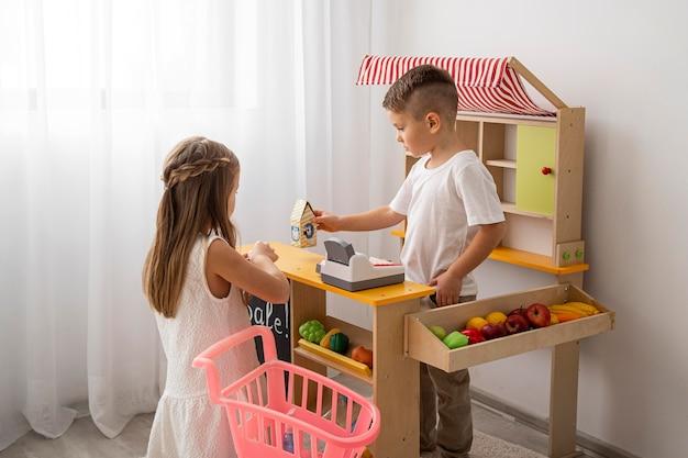 Enfants non binaires jouant à la maison