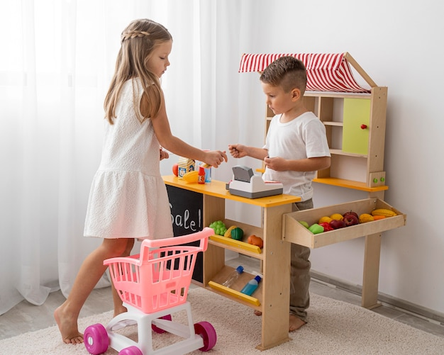 Enfants non binaires jouant