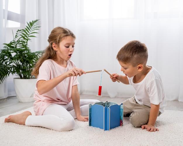 Enfants non binaires s'amusant