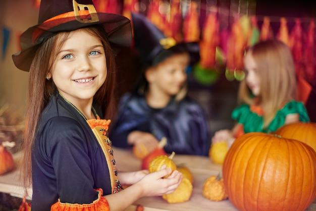 Enfants occupés à préparer des décorations d'halloween