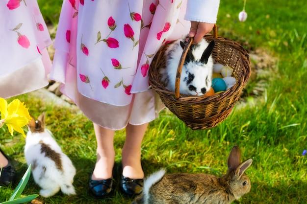 Enfants sur un oeuf de pâques avec un lapin
