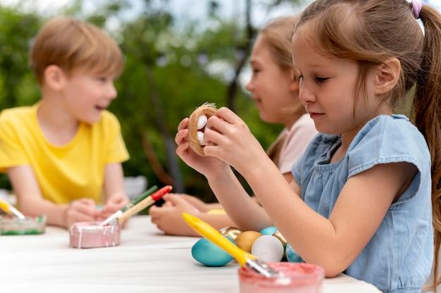Enfants avec des oeufs peints coup moyen