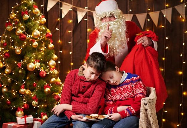 Les enfants ont attendu longtemps le père noël, maintenant ils se sont endormis
