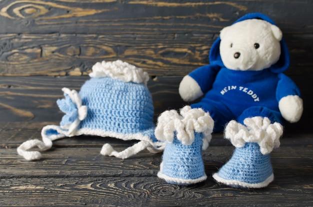 Les enfants ont tricoté des vêtements pour le garçon. chapeau et chaussons