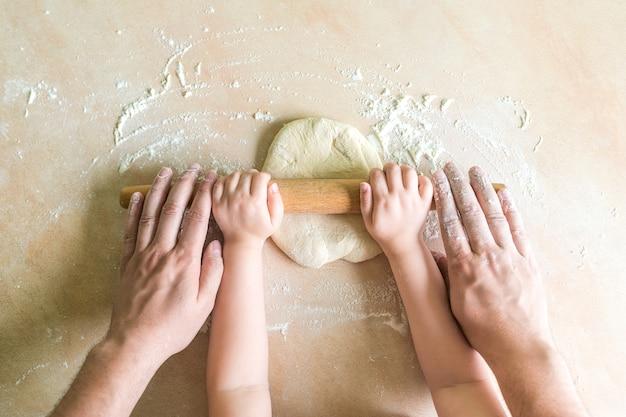 Enfants et papa mains roulé pâte