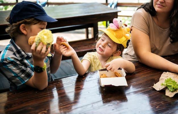 Les enfants partagent la nourriture ensemble