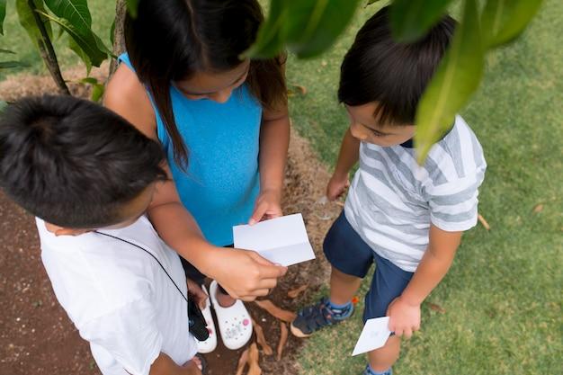 Enfants participant à une chasse au trésor à l'extérieur