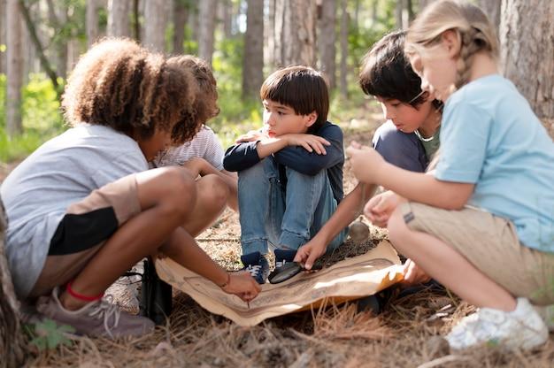 Enfants participant à une chasse au trésor