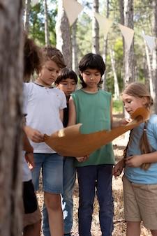 Enfants participant ensemble à une chasse au trésor